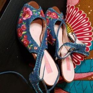 WOW Betsy Johnson Denim Embroidered sandals
